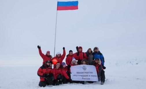 Молодежная экспедиция «На лыжах – к Северному полюсу!» подняла флаг России в центре земли