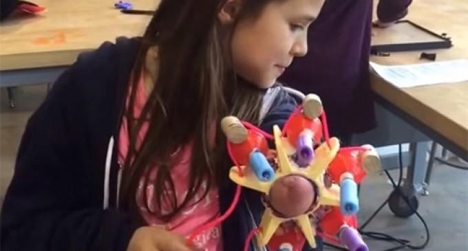 Десятилетняя девочка, лишенная руки, сконструировала пушку-протез, стреляющую блестками