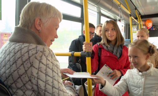 Дети прочитают свои любимые стихотворения пассажирам автобусов