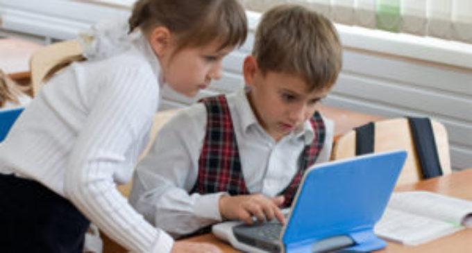 Половина школьников круглосуточно пользуются интернетом