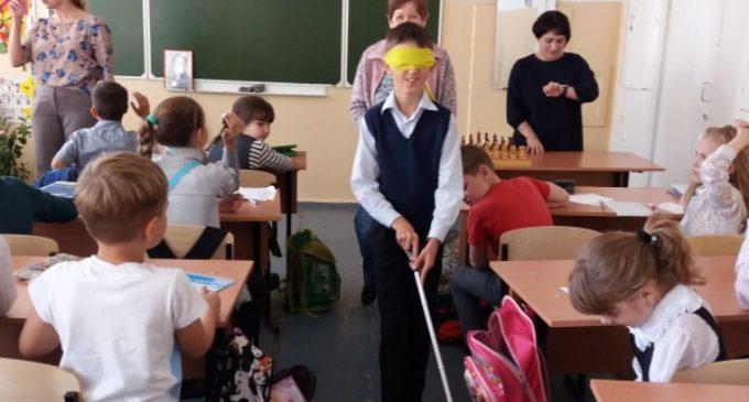 Школьники Владивостока учатся читать по Брайлю