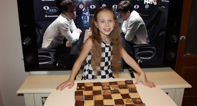 Маленькая шахматистка из Екатеринбурга испекла печенье в виде финальной партии Карякина — Карлсена