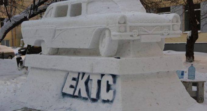 В Екатеринбурге студенты слепили из снега легендарную «Чайку» и паровоз с машинистом
