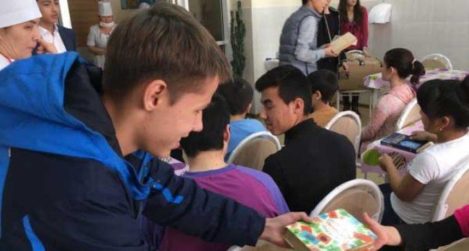 Ташкентский школьник устроил праздник для больных детей