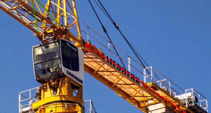 Спасатели сняли двух крановщиков с 25-метровой высоты