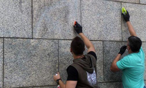 Благовещенцы отмыли от граффити гранитную набережную