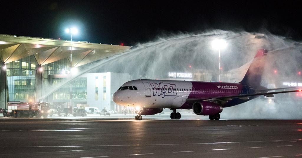 Первый рейс Wizz Air в Пулково по авиационной традиции встретили водяной аркой