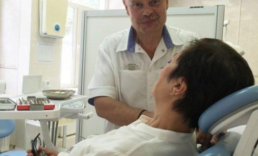 Кубанский врач передал премию на лечение ребенка