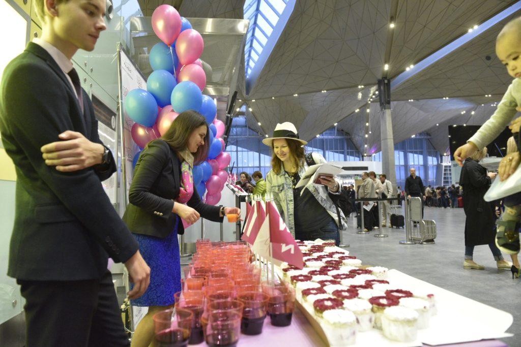В честь открытия нового маршрута Пулково и Wizz Air угощали пассажиров пирожными