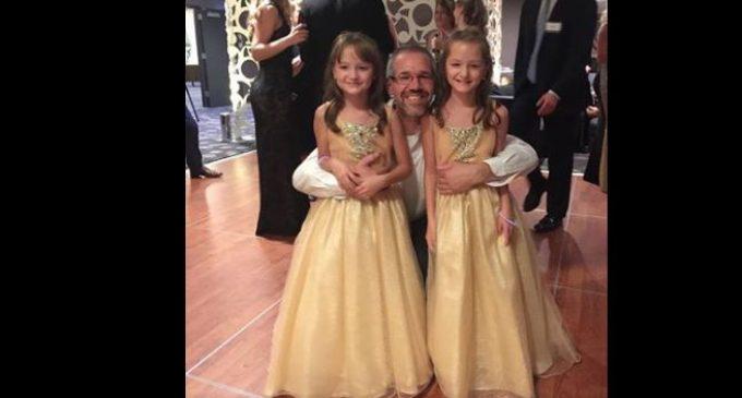 Донор костного мозга встретился с девочками-близнецами, которых он спас