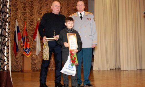 Дедушку и внука наградили за спасение детей на реке