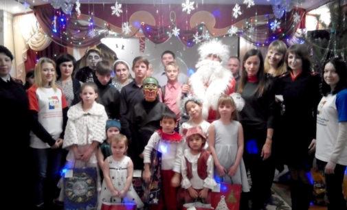 В Астраханской области Полицейский Дед Мороз подарил праздник воспитанникам центра «Радуга»
