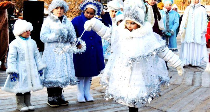 Снегурочки устроили дефиле в Городском парке