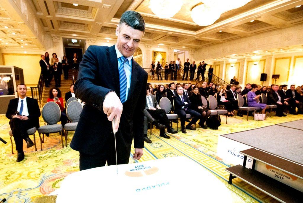 Церемонию по традиции украсил фирменный торт (на фото-генеральный директ...