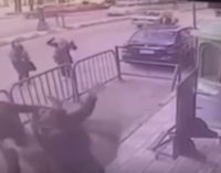 В Египте полицейский спас ребенка, упавшего на него