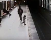 Ради спасения ребенка студент прыгнул на пути метро в Милане