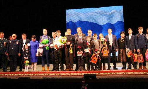 В Улан-Удэ медалями наградили детей-героев