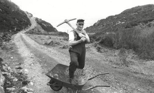 Фермер из Шотландии построил дорогу с помощью кайла и тачки