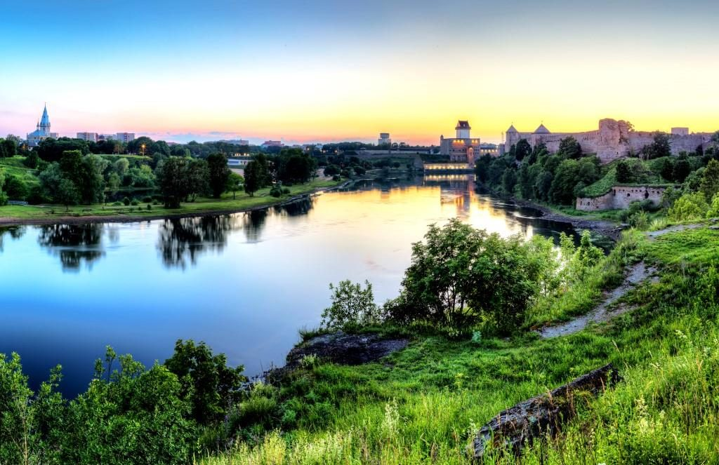 Narva-Castle-and-river_bySergeyChetvertnoy-4_preview