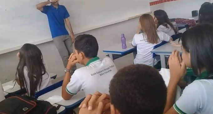 Бразильские школьники собрали деньги для учителя, который два месяца не получал зарплату и жил в школе