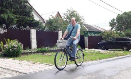 Жители коломенского поселка купили новый велосипед одинокому почтальону