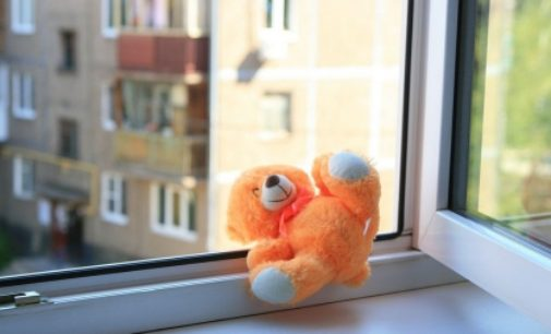 В Твери прохожий поймал выпавшего с четвертого этажа ребёнка