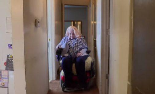 Соседи 10 лет помогают женщине с рассеянным склерозом