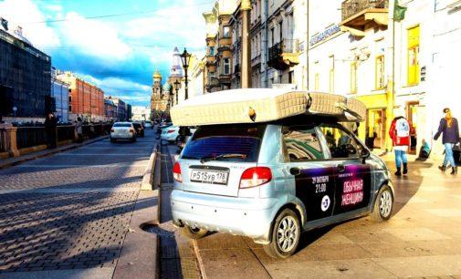 В центре Петербурга припарковался странный автомобиль с матрасом на крыше