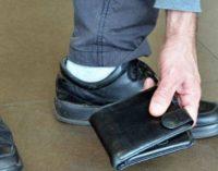 Незнакомец вернул пассажиру потерянный кошелёк, добавив туда денег