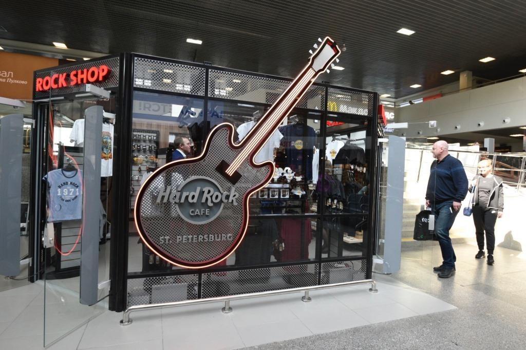 Магазин украшает рок-гитара – традиционный символ Hard Rock Cafe