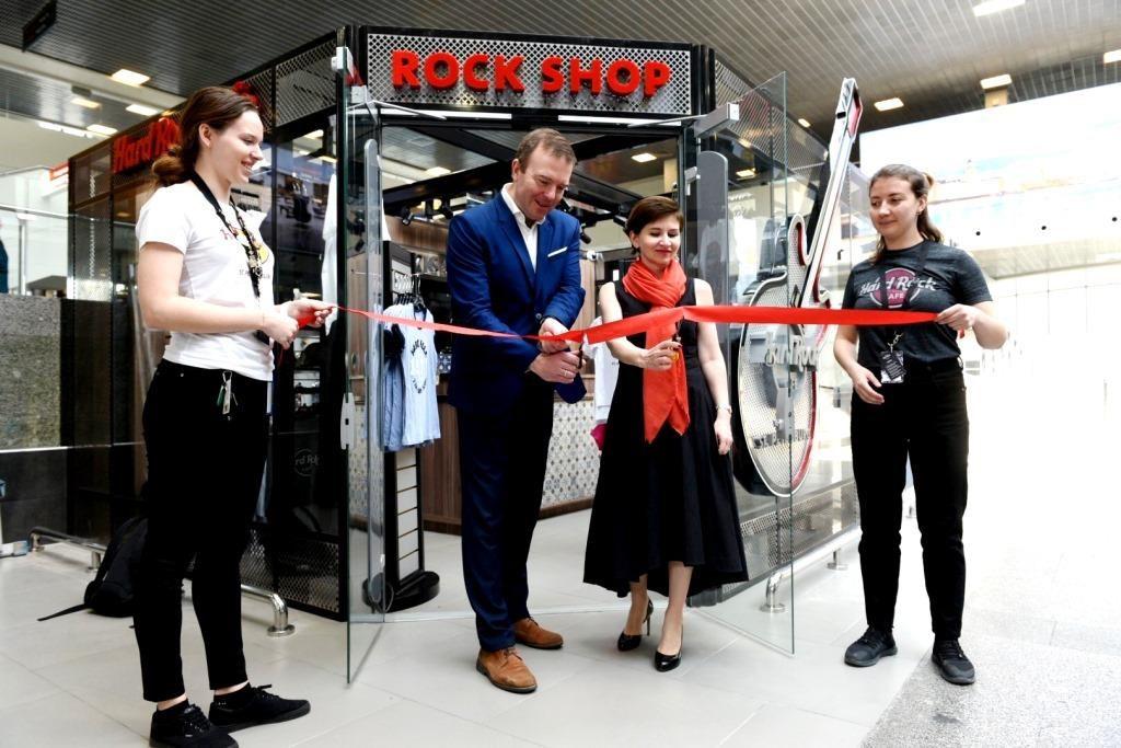 В Пулково открылся сувенирный магазин всемирного бренда Hard Rock Cafe