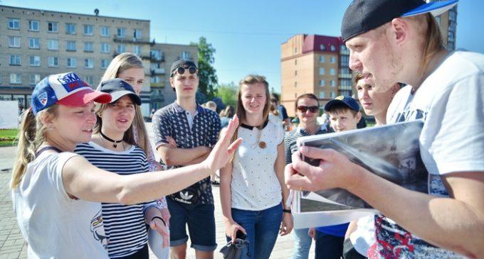 Воспитанники подростково-молодежных клубов Ломоносова выбрали самую дружную команду