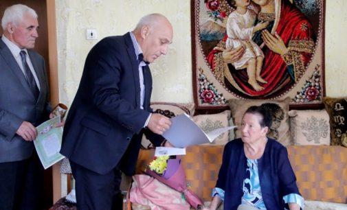 Депутат городской Думы Григорий Турчин поздравил с юбилеем 90-летнюю псковичку