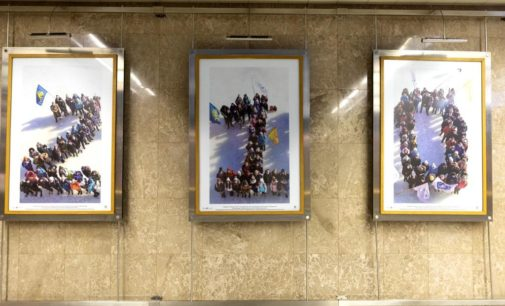 Фотовыставку к юбилею транспортного ведомства открыли в московском метро