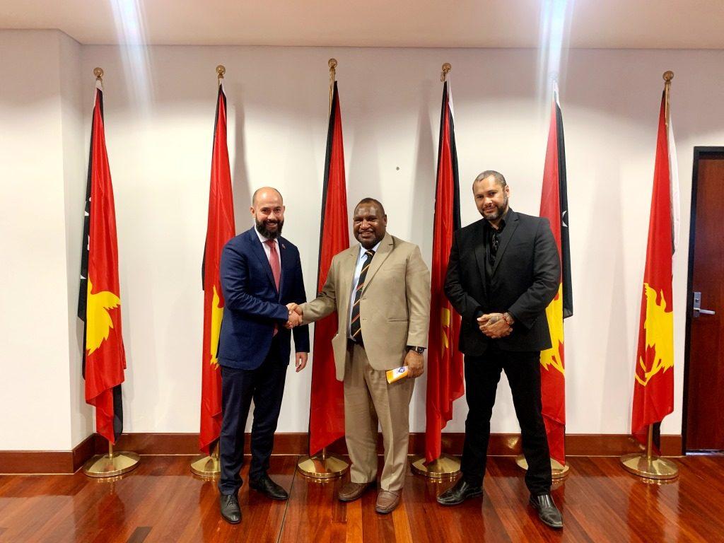 Николай Миклухо-Маклай с Премьер-министром Папуа-Новой Гвинеи Д. Марапе и членом Парламента Гарри Джуффа