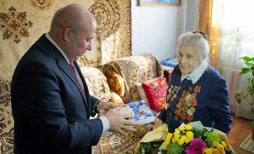 Мэр Хабаровска Сергей Кравчук вручил медаль участнику Великой Отечественной войны…