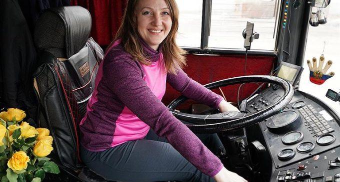 В Красноярске работает с четыре десятка женщин-водителей автобусов