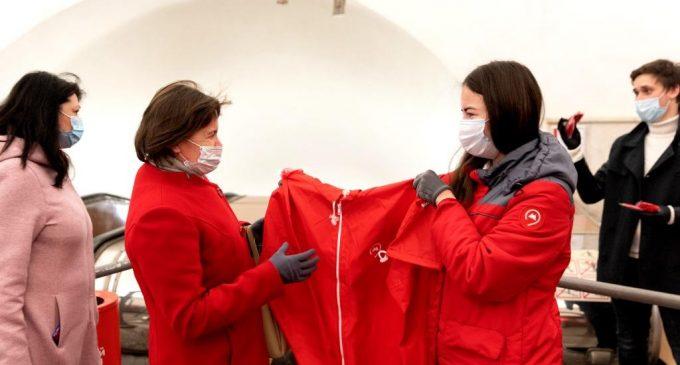 Более шести тысяч подарков получили пассажиры метро в масках и перчатках