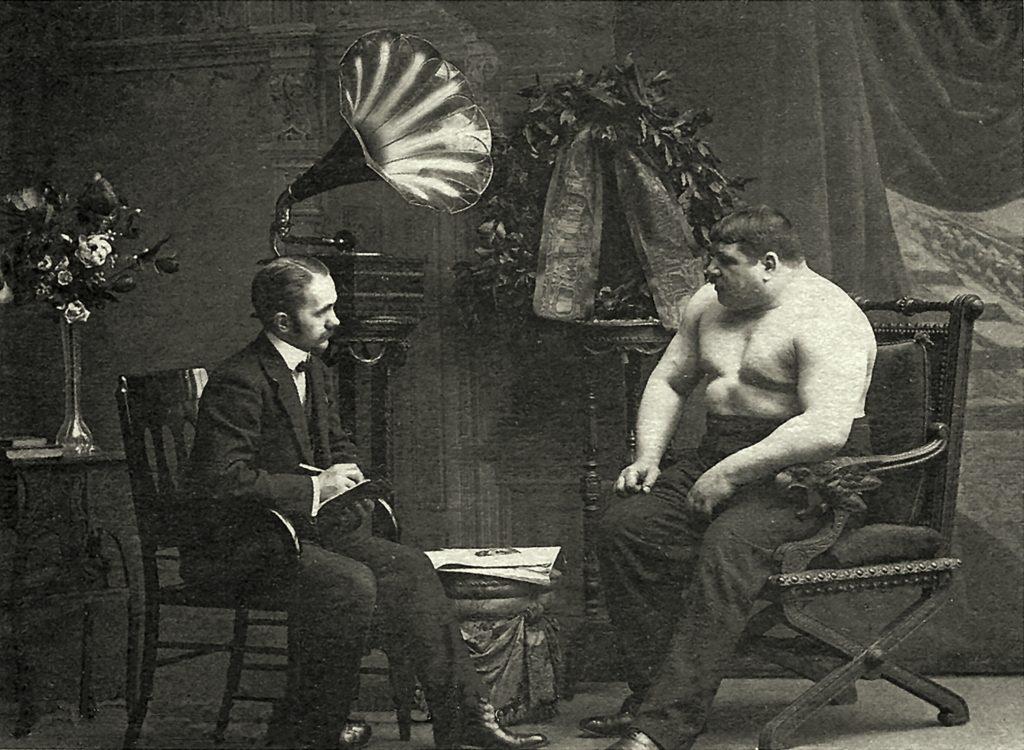 Александр Булла берёт интервью у борца Николая Вахтурова, чемпиона в тяжёлом весе. 1912