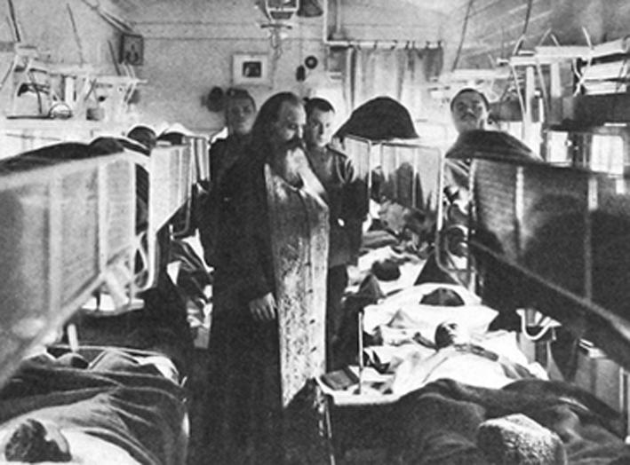 В пути с позиции. Священник причащает тяжело раненых в санитарном поезде_Александр Булла_1914