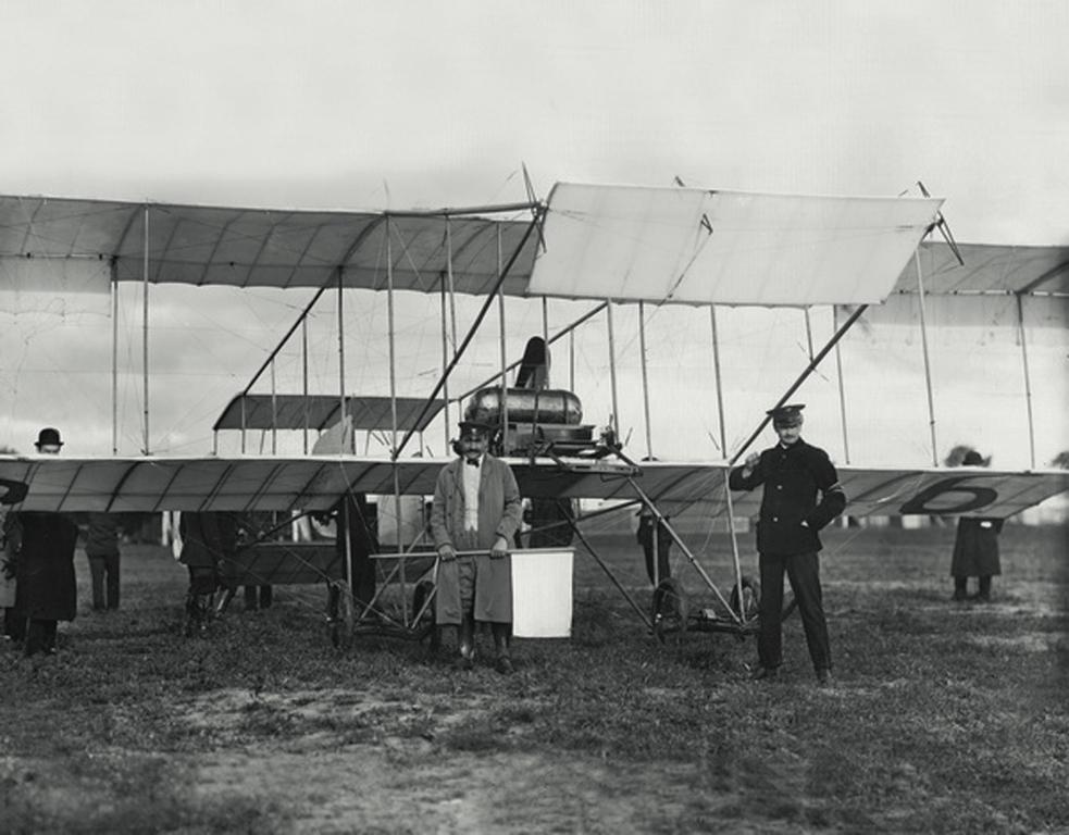 Всероссийский праздник воздухоплавания. Авиаторы у аэроплана_Карл Булла_СПб_8 сентября 1910