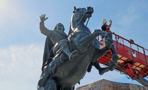 Петра Великого приказано помыть! Осенний душ для Медного всадника…