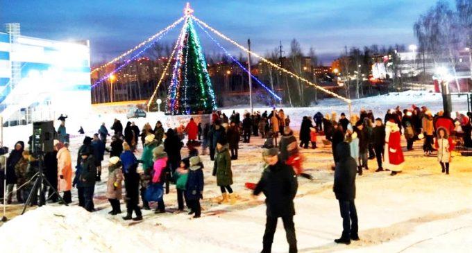 В Осиново открыли центральную елку парадом Дедов Морозов и Снегурочек