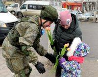 Тулячек поздравляют с 8 Марта на улицах города