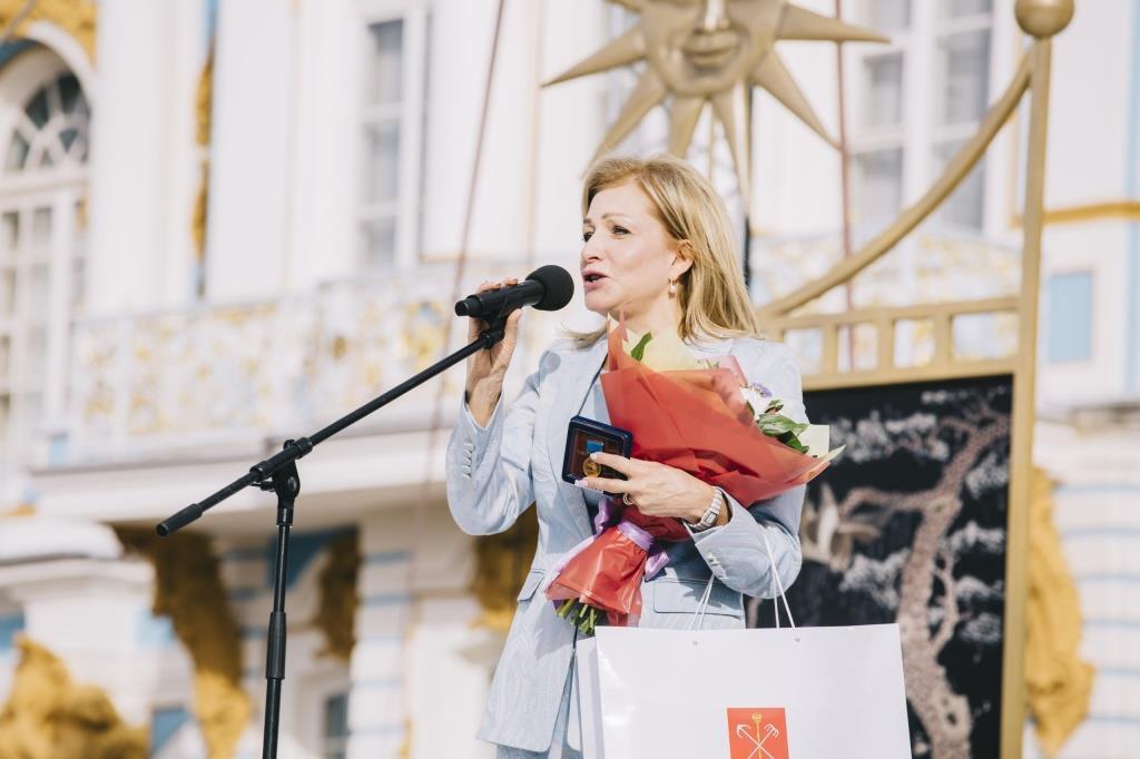 Снимок №2. Юлия Стрижак на церемонии закрытия фестиваля Опера - всем в Пушкине